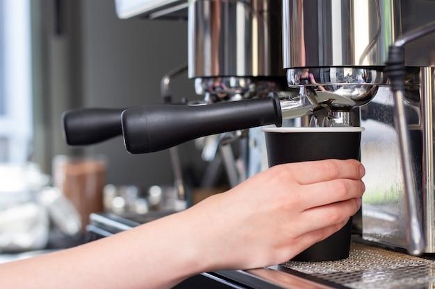 Концепция услуг по приготовлению кофе в кафе бариста
