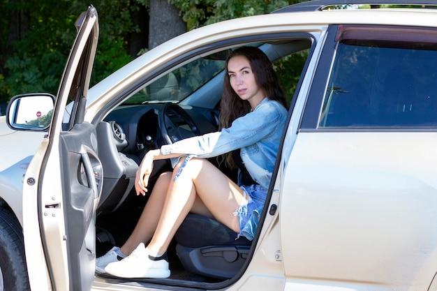 車を運転する美しい少女。車で旅行