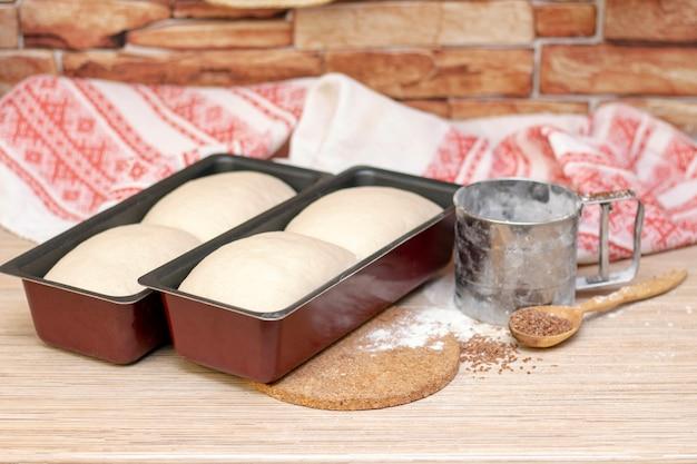 パン作り。生地はパンの型の中にあります。