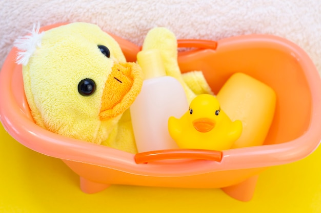 タオルの上で赤ちゃんの衛生とバス用品
