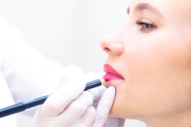 Женщина с перманентным макияжем на губах в салоне