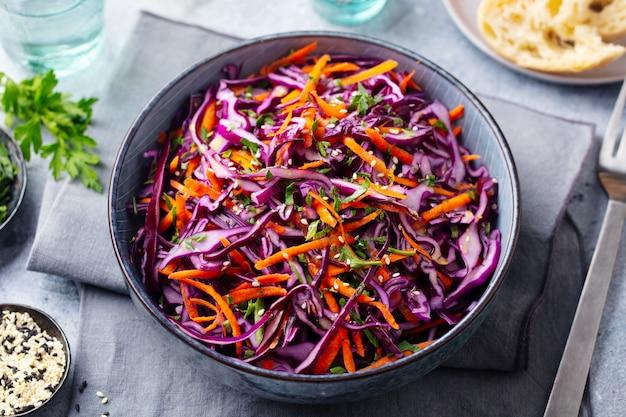 Салат из красной капусты. салат из капусты в миску. закройте