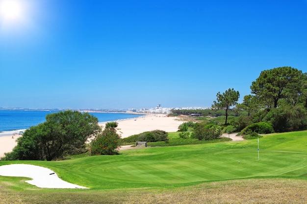 Поле для гольфа около пляжа в португалии. лето.
