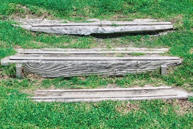 庭の古いヴィンテージの木製の階段。