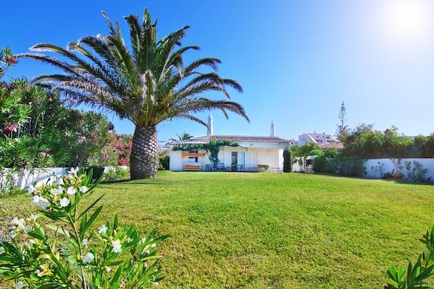 Красивый дом с садом и газоном для вашего отдыха.