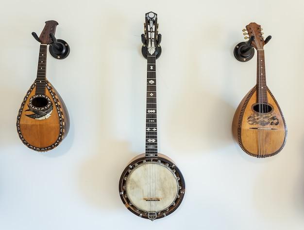 壁に弦楽器。