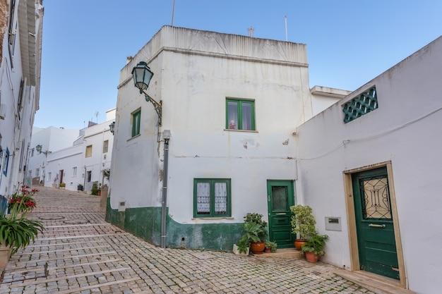 アルブフェイラの町の舗装された伝統的なポルトガルの通り。