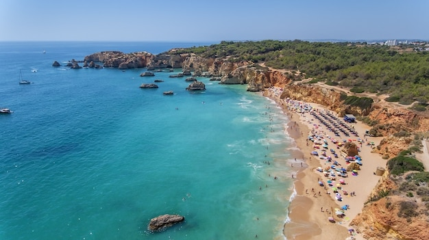 空中。ポルトガルの都市ポルティマオの観光ビーチ。ドローンで撮影