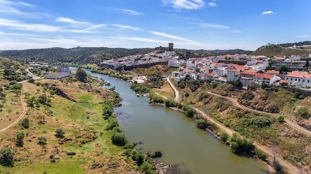 空中。メルトラの村はドローンの空で撮影されました。ポルトガルアレンテージョグアディアナ