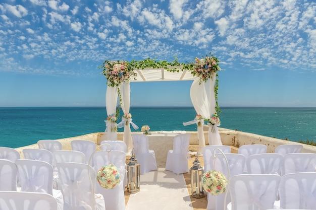 Красивые декорации для свадьбы арки в цветах. на мысе сенхора да роча.