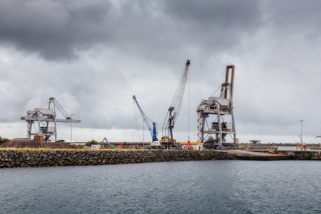 Краны и подъемники в промышленном морском порту синус.