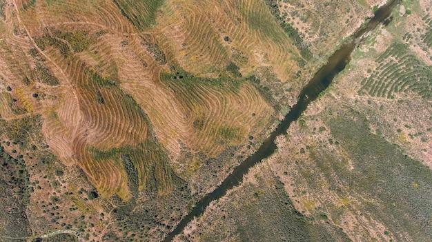 空中。アレンテージョの地形、ドローンから撮影。メルトラの村への道。