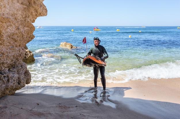 Подводный охотник готовится к погружению. подводная рыбалка в атлантическом океане.