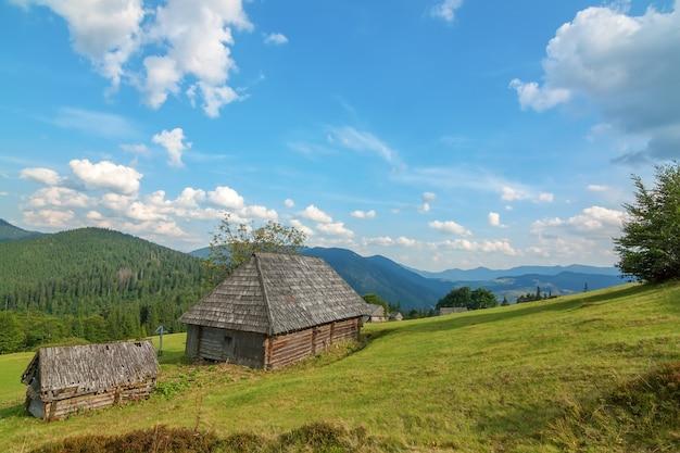 カルパティア山脈の森の中の捨てられた古い木造住宅。