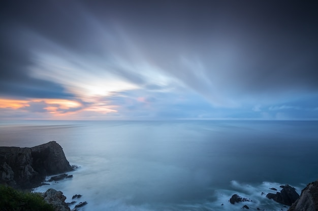 Драматический пейзаж размытого неба и волн коста-вичентина сагреш