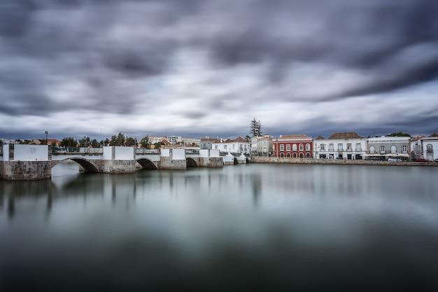 旧市街のアラビア語の橋。嵐の前の。タヴィラ、ポルトガル。