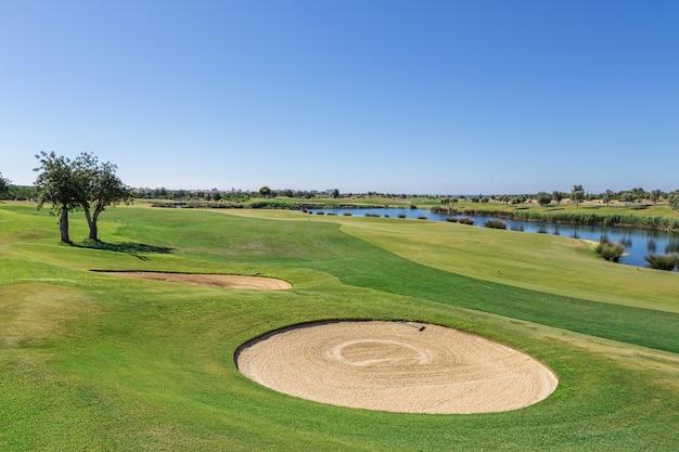 ゴルフコースのサンドトラップ。
