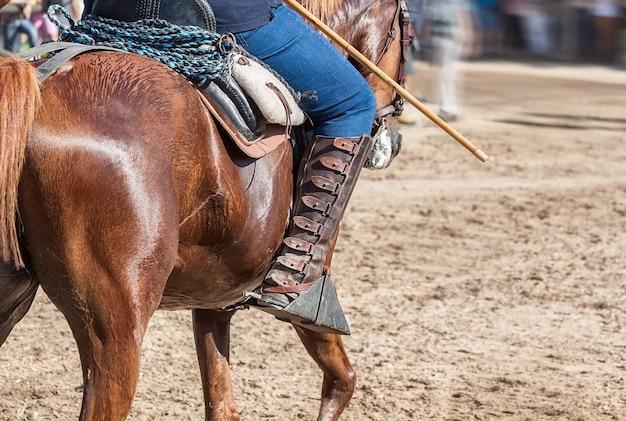 Испанский наездник на лошадях. кожаные ботинки.