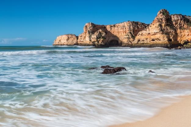 澄んだ水と夏のビーチ。ポルトガル、アルブフェイラ。