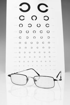 表ゴロビンと眼鏡の視力検査。