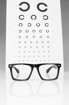 テーブルゴロビンとメガネの目の検査