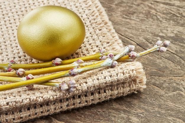 芽と枝を解任に黄金のイースターエッグ。