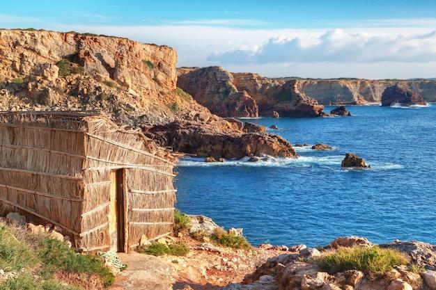 ビーチにある古い釣り小屋。ポルトガル、サグレス。