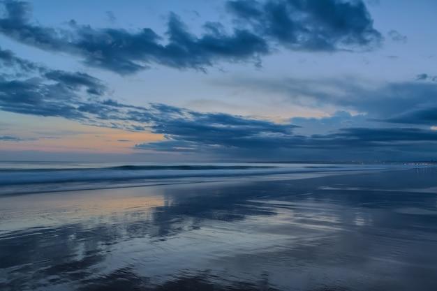 Абстрактный пейзаж на закате. в холодных тонах