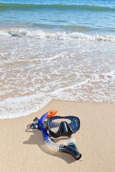 Очки, подводное плавание на пляже. рядом с водой.