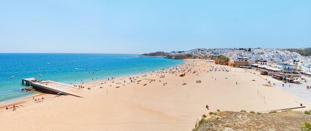 アルブフェイラの海とビーチの素晴らしい夏のパノラマ。夏のポルトガル。