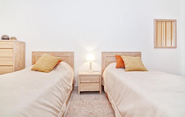 家族向けのモダンなベッドルーム。正面図。