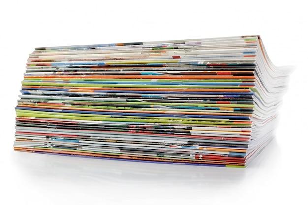 Большая стопка журналов. на белой стене с тенью.