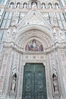 Вход в кафедральный собор санта-мария-дель-фьоре на площади микеланджело во флоренции, италия