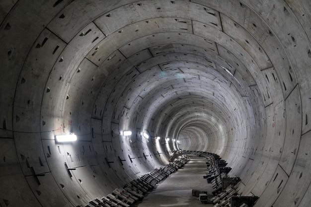 Круглый подземный извилистый тоннель метро, уходящий вдаль