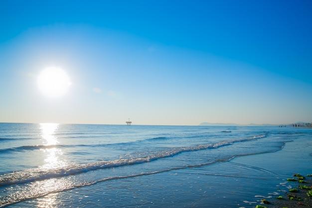 Закат на пляже в римини италия