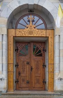 ザコパネ、ポーランドのタトラ山脈の教会への入り口