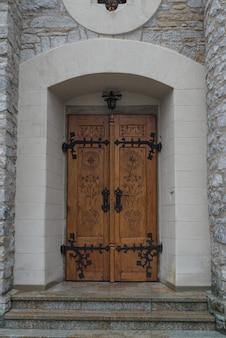 Входные ворота в церковь в закопане, польские татры