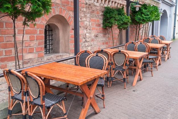 ビリニュスの古い建物の近くのストリートカフェ