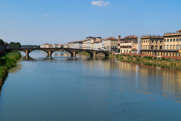 イタリアへの旅-フィレンツェ市内のポンテアラカライア橋とアルノ川