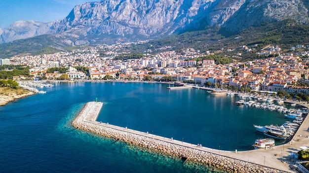 ヨーロッパ。マカルスカ。クロアチア。高さからの海岸、湾、歴史的中心部の眺め
