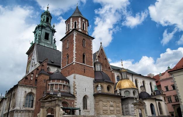 晴れた日の有名なヴァヴェル大聖堂クラクフ