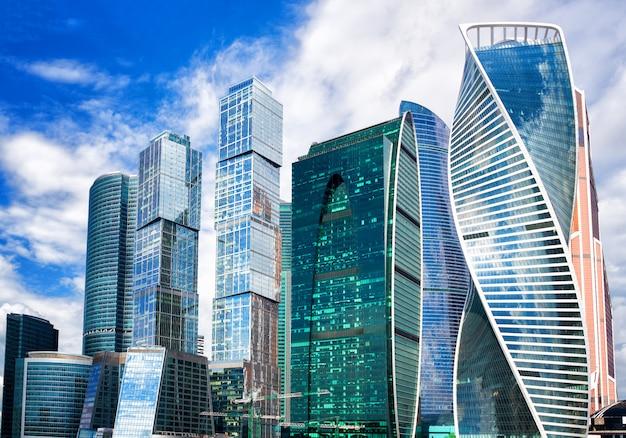 Москва сити, россия современный городской центр небоскребов