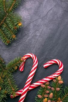 モミの枝で飾られたクリスマス石の背景