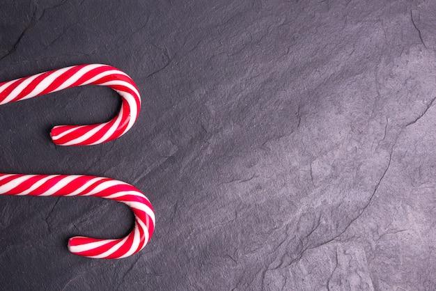 お菓子で飾られたクリスマス石背景