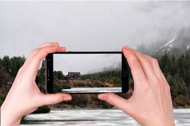 Закопане, польша. горный дом в татрах, озеро морские око, польша. турист фотографирует