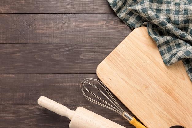 木製キッチンツールと木製のテーブルにナプキン