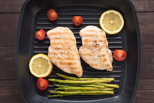 グリルした鶏の胸肉のマリネ、フライパンでバーベキュー