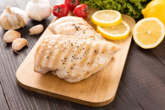 木製テーブルの上の鶏胸肉のマリネ