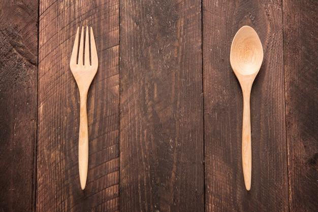 木のスプーンとフォーク木製テーブルの上