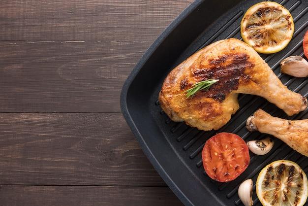 Жареная курица и овощи на сковороде